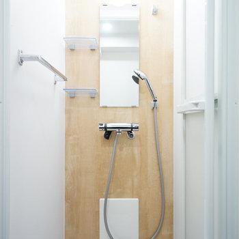 シャワールームは新品!※写真は反転で似た間取りの212号室のものです