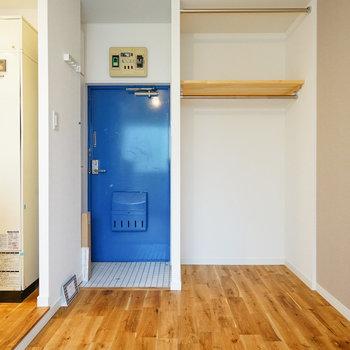 収納はオープンタイプ!※写真は反転で似た間取りの212号室のものです