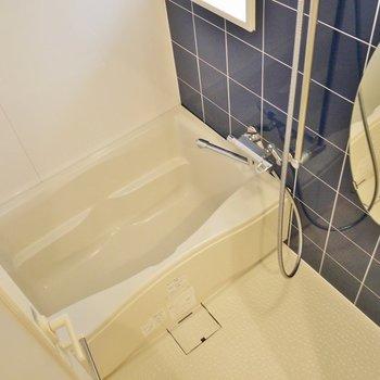 こちらのお風呂には、窓がついてます。※写真は同タイプの6階部分。