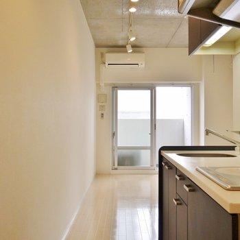 コンクリート打ちっぱなしの天井がとってもスマート。※写真は同タイプの6階部分。