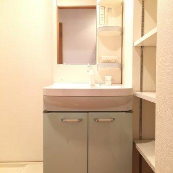 洗面台はうすーいサックスでかわいらしさを。※写真は11階の同間取り別部屋のものです