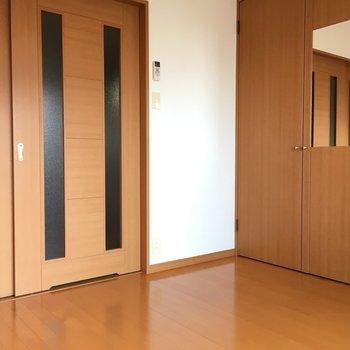 間仕切りすると、やっぱりちょっと狭く感じるかな。※写真は11階の同間取り別部屋のものです