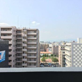 近くに建物が多いのでね…眺望はビル。※写真は11階の同間取り別部屋のものです