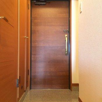 玄関ドアの木目、やさしくて好き。取っ手もオシャレよ。※写真は11階の同間取り別部屋のものです