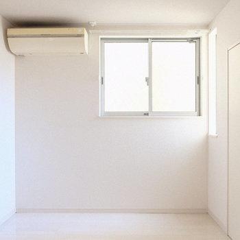 玄関入ってすぐの4.0畳の洋室。