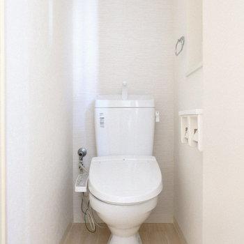 トイレは個室でウォシュレット付き♪