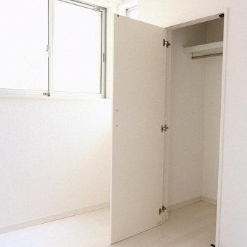 このお部屋にはちょうどいいサイズのクローゼット。
