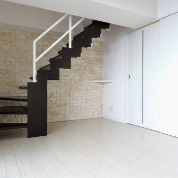 まるで映画のワンシーンに出てきそうな階段。(※写真は清掃前のものです)