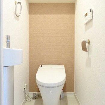 タンクレスが素敵。手を洗うスペースもあり!(※写真は清掃前のものです)
