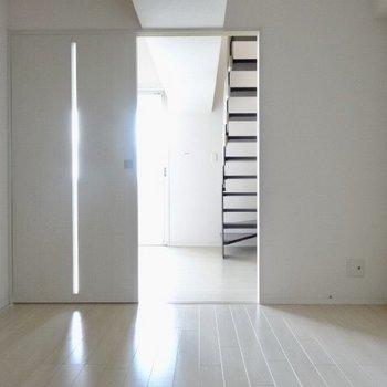 洋室はリビングと廊下へと繋がっています。扉を閉めると真っ暗に。(※写真は清掃前のものです)
