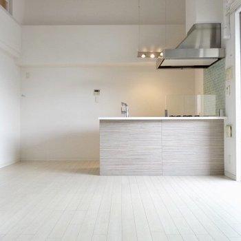 キッチンだってスポットライトをつけて主人公気分。(※写真は清掃前のものです)