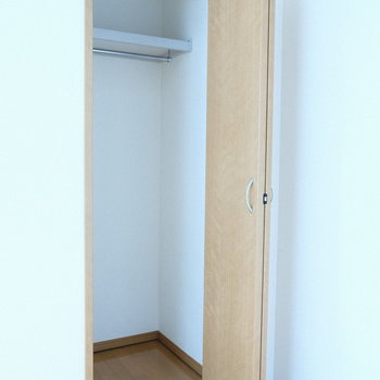 片手扉のコンパクトな収納になっています。