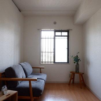 【洋室5帖】寝室としての利用に限れば、ダブルベッドも置けそうですよ。※家具はサンプルです