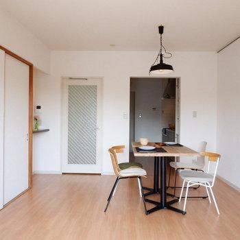 【リビング】お友達を呼んでの会話も楽しめそう。※家具はサンプルです