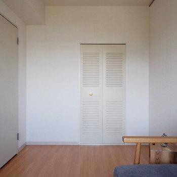 【洋室5帖】収納もあるので便利!※家具はサンプルです