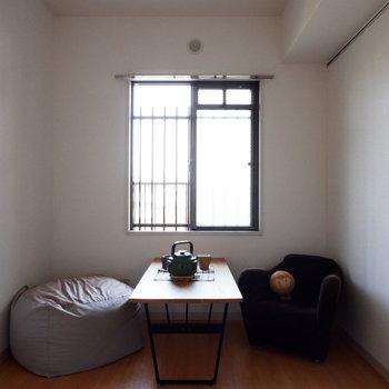 【洋室4.6帖】こちらは作業スペースなどに良さそう。※家具はサンプルです