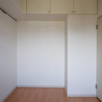 【洋室4.6帖】シアタールームとしての利用もできそうだ!※家具はサンプルです