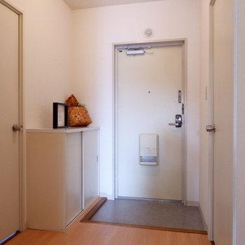 さて、玄関横の居室を見ていきましょう。※家具はサンプルです