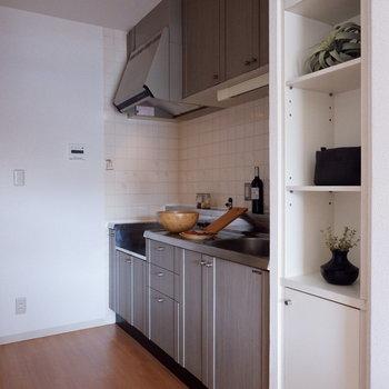 【キッチン】隣に棚があるので、食器なども置けますね。※家具はサンプルです