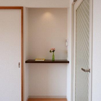 【リビング】ここには固定電話などが置けますね。※家具はサンプルです