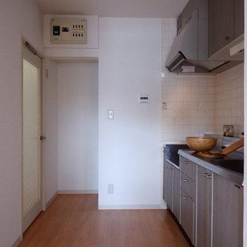 【キッチン】キッチンスペースも広い!※家具はサンプルです