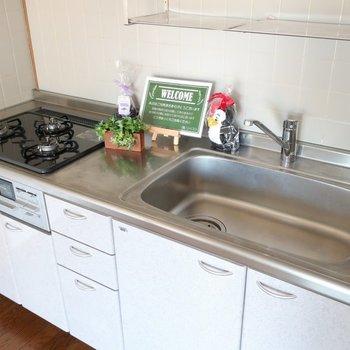 【リビング】キッチンは新しいものになっていました※写真は前回募集時のものです