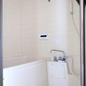 お風呂は追い焚き機能付。※写真は前回募集時のものです