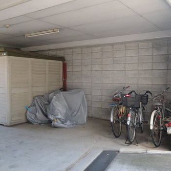 建物の地下に駐輪場と駐車場。