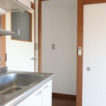 【リビング】あちらに冷蔵庫スペース。※写真は前回募集時のものです