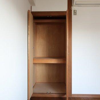 【洋室】コートなどが掛けられるように、突っ張り棒をするといいかも。※写真は前回募集時のものです