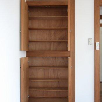 【洋室】文庫本を入れるのにちょうど良さそうな高さと奥行き。※写真は前回募集時のものです