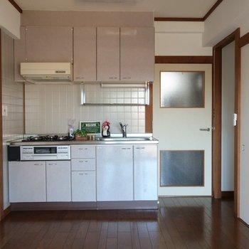 【リビング】キッチンはピンク色で可愛く※写真は前回募集時のものです