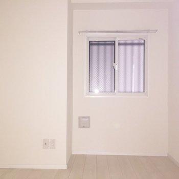 【5.6帖洋室】大きなベッド置けちゃいますね。※写真は通電前のものです。フラッシュをたいています