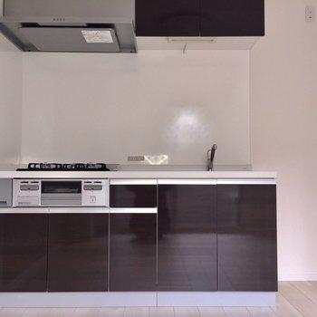 【LDK】ゆったりキッチン。上にも下にも収納が!※通電前です