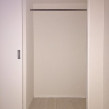 【5.6帖洋室】もう片方も同じ大きさ。※写真は通電前のものです。フラッシュをたいています