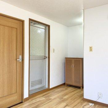 手前の扉が洋室へ、奥がお風呂へ繋がっています。