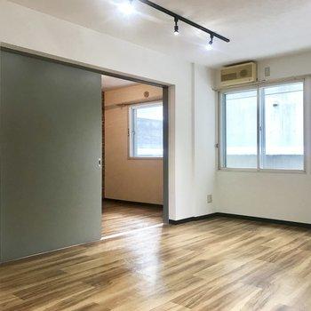 扉はグレーっぽいな。