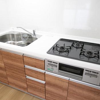 このキッチン、いいですよね。ガス3口にグリルつき。