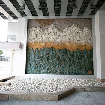 地元の瀬戸焼を用いた壁画は建設当初からのもの。素敵ですね。