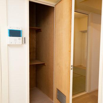 リビングの収納は掃除道具や普段使わない家電などの置き場に便利そう。