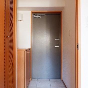 玄関までタイルでした。※写真は1階の同間取り別部屋のものです。