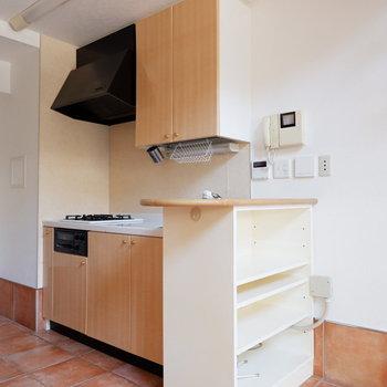 キッチンはカウンター収納付いています。※写真は1階の同間取り別部屋のものです。
