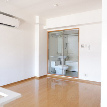 2階もエアコンがあり快適〜※写真は1階の同間取り別部屋のものです。