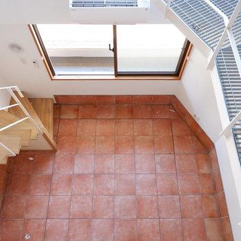 2階部分からの1階の眺め。※写真は1階の同間取り別部屋のものです。
