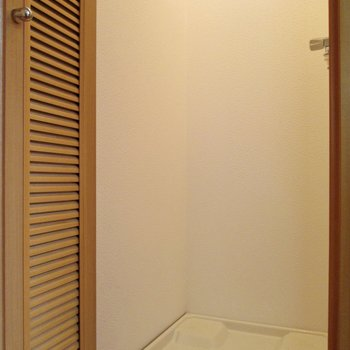 【1F】右に洗濯機置き場。扉で隠せます