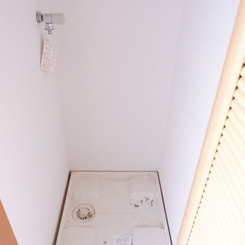 洗濯機置き場は扉で隠せます。※写真は1階の同間取り別部屋のものです。