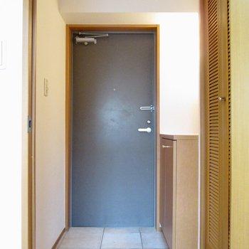 【1F】玄関はコンパクトです。