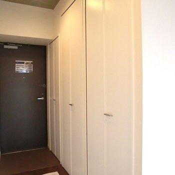 廊下に右からクローゼット、洗濯機・大容量のシュークロ!!※写真は5階の同間取り別部屋のものです。
