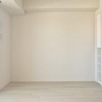 壁側にソファーベッドを置くといいですね※写真は4階の同間取り別部屋のものです