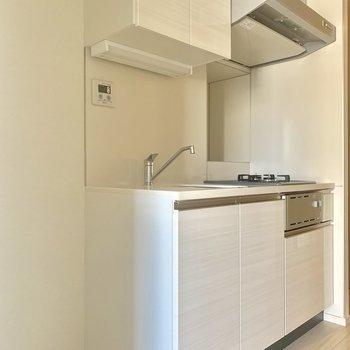 キッチンの横に冷蔵庫置けますよ※写真は4階の同間取り別部屋のものです
